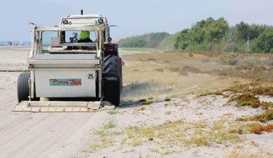 Una máquina limpia una playa del término municipal de Vera (Almería) donde se reproduce el chorlitejo patinegro.