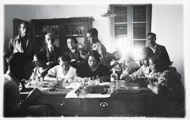 Curso de ficología marina celebrado en Marín (Pontevedra) en agosto de 1933. Josefa Martí (tercera por la izquierda, de pie) aparece  junto a los demás alumnos que estudiaban el material recolectado mediante dragados en barca (foto: AMNCN-CSIC).