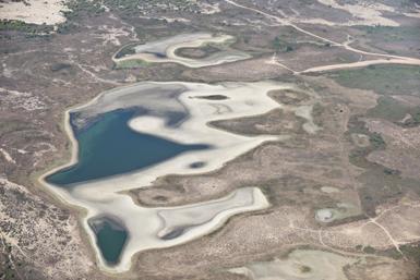En el verano de 2012, Santa Olalla, la mayor de las lagunas de Doñana, en primer plano, sólo mantuvo inundada una cuarta parte de su superficie habitual (foto: Héctor Garrido / EBD-CSIC).