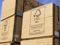Tablones de madera certificada por FSC, identificables por ir marcados con el logotipo de este sello internacional.