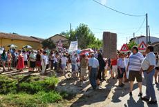 """Vecinos del valle del Corneja (Ávila) se concentran en contra de la explotación de las aguas de su río (foto: Blog """"La oropéndola sostenible"""")."""