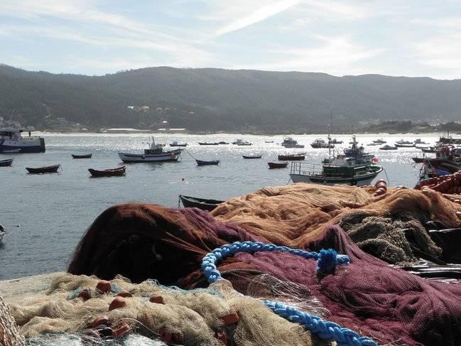 Redes y barcos de pesca en el puerto de Laxe (A Coruña). Foto: Amaianos / Wiki Commons.