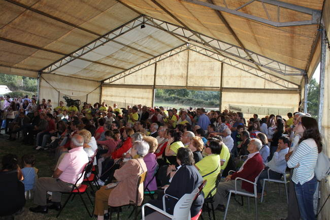 Vecinos del valle del Corneja celebran en Navaescurial (Ávila) el triunfo del movimiento vecinal en defensa de sus ríos (foto: Movimiento en Defensa del Agua del Corneja y Alberche).