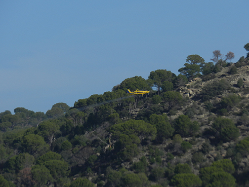 Una avioneta fumiga sobre el término municipal de San Martín de Valdeiglesias (Madrid). Foto: Sierra Oeste Desarrollo S.O.S.tenible.