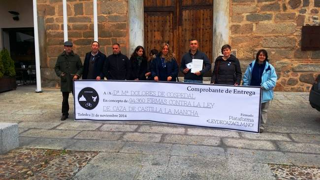 Representantes de la Plataforma contra la Ley de Caza de Castilla-La Mancha, poco antes de hacer la entrega de casi cien mil firmas al Gobierno regional (foto: Ecologistas en Acción de Toledo).