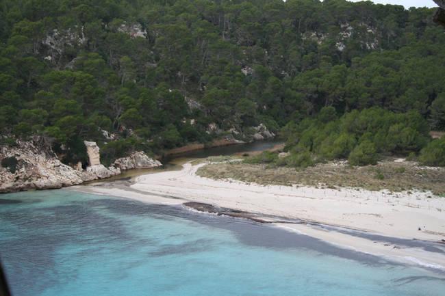 Panorámica de la playa protegida de Trebalúger, al sur de la isla de Menorca (foto: GOB Menorca).