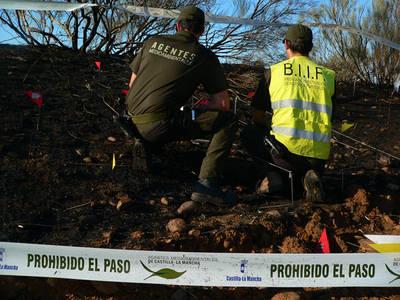 Dos agentes de medio ambiente investigan las causas de un incendio forestal en Castilla-La Mancha (foto: Coordinadora Federal de Agentes Forestales y Medioambientales de CCOO).