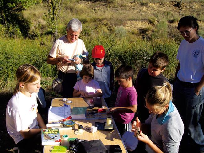 Unos niños de Nerpio (Albacete) participan en un taller de anillamiento científico del proyecto 'Alas para Nerpio' (foto: Sergi O. Pinedo).