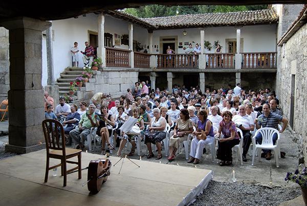 El público se dispone a escuchar un concierto organizado por Quercus Sonora en el pazo de Vilane, en Antas de Ulla (Lugo).