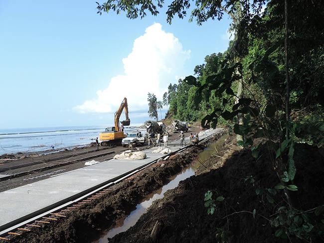 Obras de la carretera de acceso a la costa sur de la isla de Bioko, a través de la Reserva Científica de la Gran Caldera de Luba (foto: Melanie Croce).