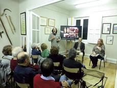 Presentando Quercus 359 en el Gabinete de Historia Natural. (foto: Mar�a Luisa Fern�ndez del Castillo).