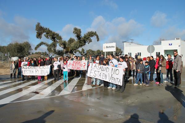 Concentración de protesta a la mina de uranio, a finales de diciembre de 2013 a la entrada de las instalaciones de Berkeley Minera de España en Retortillo (Salamanca). Foto: Jesús Cruz.