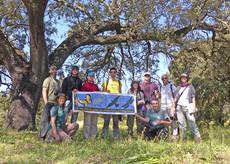 Integrantes del primer curso de gu�as de ecoturismo Quercus y �al-Natural�, bajo una encina centenaria en la orla forestal de Do�ana, durante las pr�cticas.