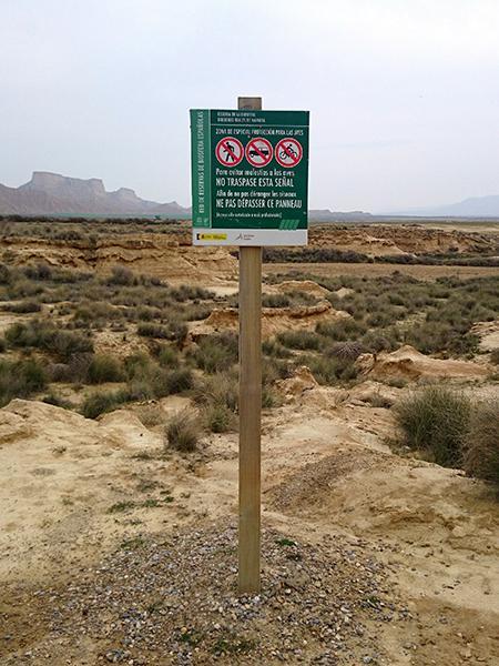 Cartel temporal de restricción de acceso a una zona de las Bardenas Reales (foto: José María de la Peña).