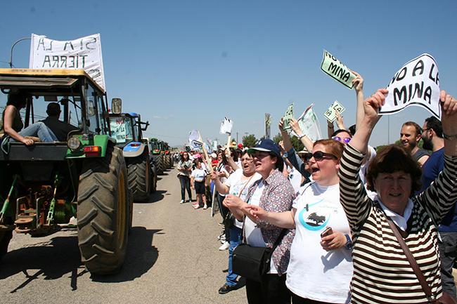 Tractores y manifestantes juntos en la marcha celebrada el pasado 21 de mayo en Torrenueva (Ciudad Real). Foto: Alberto Quero.
