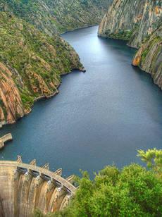 Presa de Aldead�vila, en los Arribes del Duero (foto: CGRM / Wikicommons).