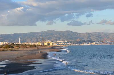 Vista de la bah�a y de la ciudad de M�laga desde las playas en donde desemboca el r�o Guadalhorce (foto: Elena Moya-Urbano).