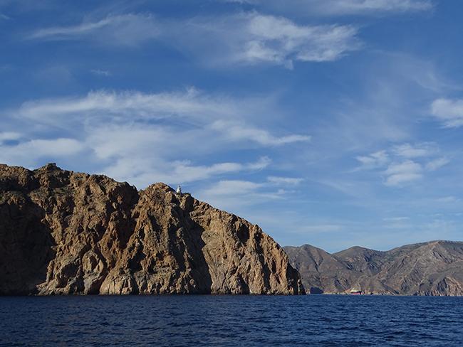 Acantilados de Cabo Tiñoso. En primer término se aprecia la zona de mayor protección en la nueva reserva marina y al fondo la costa que ha quedado fuera de esta área protegida (foto: Pedro García /Anse).