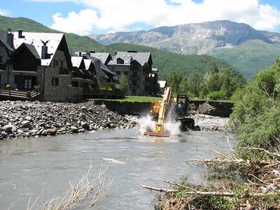 Obras de emergencia en el río Ésera después de la crecida de junio de 2013, a la altura de la urbanización Linsoles, en Benasque (Huesca), construida en plena zona inundable (foto: Daniel Mora).