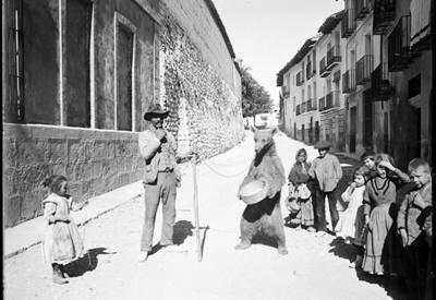 Feriante con un oso amaestrado en Morella (Castellón) hacia 1920 (Archivo Pascual del Ayuntamiento de Morella).
