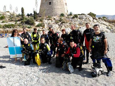 Un grupo de buceadores colaboradores de la Plataforma Manorba, a punto de iniciar una jornada de limpieza de fondos marinos (foto: Asociación Vertidos Cero).