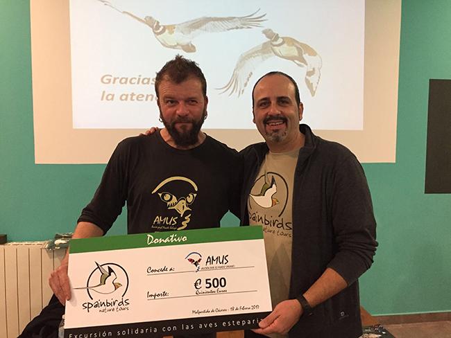Antonio Pinilla, de Amus, recoge el donativo en favor del sisón común de manos de Santiago Villa, de Spainbirds Nature Tours.