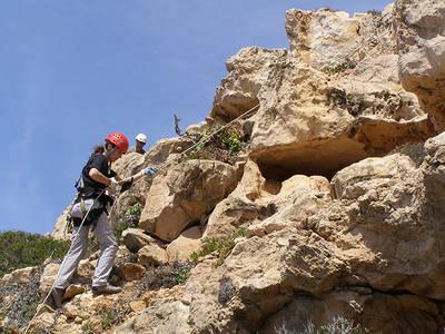 El personal encargado de erradicar la uña de gato del cabo de Cala Figuera tuvo que utilizar técnicas de escalada (foto: Eva Moragues).