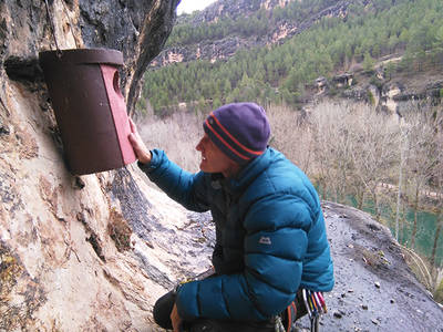 Un escalador coloca una caja nido para rapaces nocturnas en un cantil del Júcar cercano a Cuenca capital (foto: Daniel Balbuena).