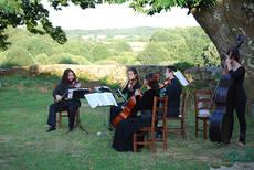 Dos momentos de pasadas ediciones del festival de música de cámara Festiulloa, que se celebra cada verano en A Ulloa (Lugo). Fotos: Sandra Goded.