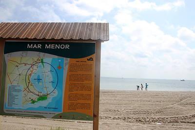 Panorámica de la laguna del Mar Menor, con un mapa en primer plano de este espacio natural. (foto: Fanny S Forsdik / Wikicommons).