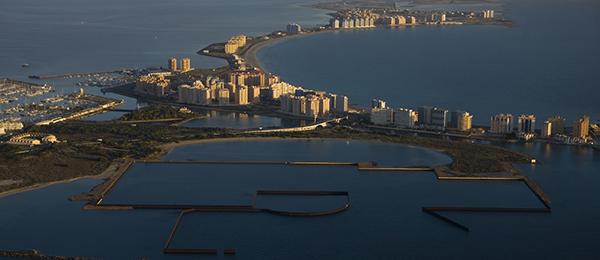 En primer término, obras inacabadas de Puerto Mayor, en La Manga (Murcia). Foto: Pedro Armestre / Greeenpeace.