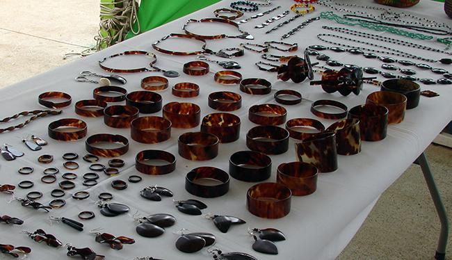 A pesar de estar prohibido, en Nicaragua es habitual encontrar productos hechos con carey, como en este puesto de un mercado de Managua (foto: Isabel Vique).