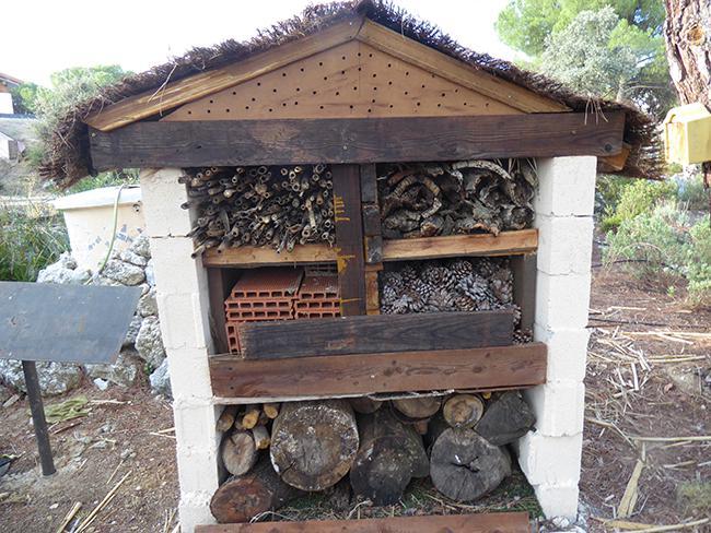 """Insectario u """"hotel de insectos"""" construido en el hospital de fauna de Grefa, en Majadahonda (Madrid). Foto: Grefa."""