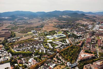 Panorámica de Vitoria, donde se aprecian los pasillos verdes urbanos que conectan la ciudad con las zonas verdes periurbanas y el entorno rural (foto: Quintas Fotógrafos para el Centro de Estudios Ambientales del Ayuntamiento de Vitoria).