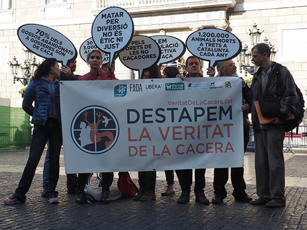 """Varios activistas portan una pancarta y varios carteles durante la presentación de la campaña """"La Veritat de la Cacera"""" en Barcelona el pasado 23 de noviembre."""
