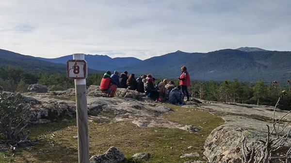 Una monitora se dirige a un grupo de cursillistas en la sierra del Guadarrama (foto: Ceneam).