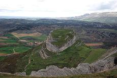 Peña Castillo, en el Geoparque de Las Loras, una de las zonas de interés geológico de Castilla y León que se visitarán durante el Geolodía 2018 (foto: RosaTera / Wikicommons).