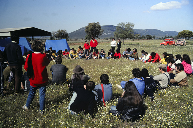 Asamblea improvisada por los ocupantes de Cabañeros en mayo de 1983 (Foto: Antonio Sacristán).
