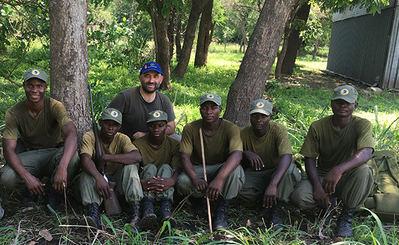 El autor, con los rangers participantes en unas prácticas de rastreo organizadas por el TIFIES en el parque Nacional de Gorongosa (Mozambique).