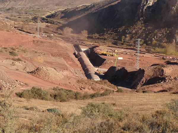Obras de la presa de Mularroya, en la provincia de Zaragoza, una de las incluidas en el informe presentado por Ecologistas en Acción. Iniciadas hace diez años, aún no han concluido (foto: José Antonio Domínguez).