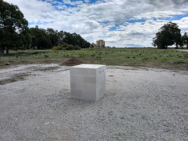 Primera piedra de las obras de construcción de una academia de fútbol en la playa de El Arraijanal (Málaga). Foto: Mari Cruz Torres.