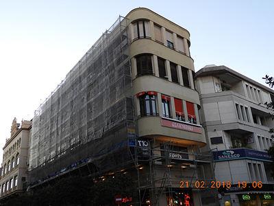 Edificio Cabo Persianas, con andamio y red, en una fotografía realizada el pasado 21 de febrero, durante las obras de restauración de la fachada. Este edificio albergaba una de las dos colonias invernantes de vencejo pálido existentes en España (foto: Elena Moreno).