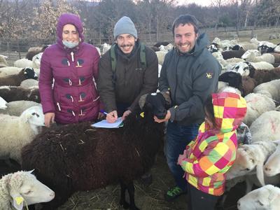 """Familia de ganaderos propietaria de la marca """"Pastando con Lobos"""", junto con Fernando Blanca, de la asociación Grefa (foto: Grefa)."""