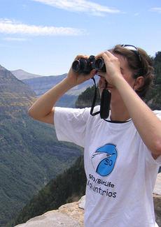 Una joven observa aves con sus binoculares (foto: SEO/BirdLife).