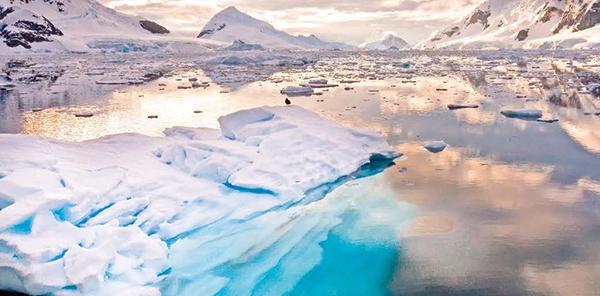 Paisaje antártico, en la bahía Paraíso (foto: Wim Hoek / Shutterstock).