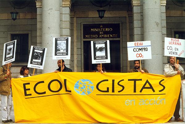 Miembros de Ecologistas en Acción despliegan una pancarta frente al Ministerio de Medio Ambiente en 1998, año de creación de esta organización.
