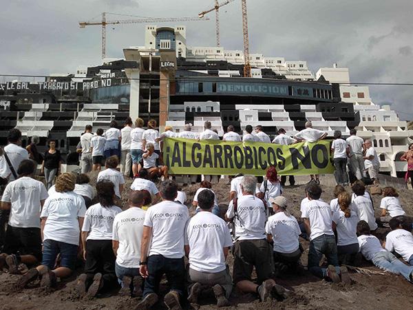 Acción de protesta de voluntarios de Ecologistas en Acción junto al hotel de El Algarrobico, en el cabo de Gata (Almería).