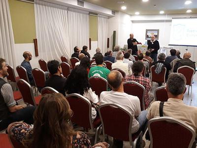 Los asistentes al I Conceyu Mediambiental Cantábrico, en Avilés (Asturias), escuchan una ponencia (foto: PdCC).