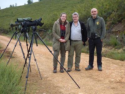 En el centro, Rubén Ezquerra, lector de Quercus que ganó en 2018 el viaje lobero sorteado por nuestra revista y la empresa Llobu. Le acompañan su hija Elena y Javier Talegón.