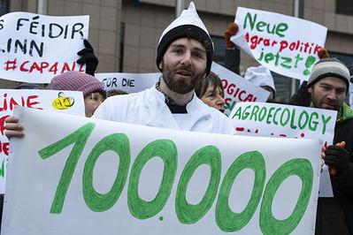 Un activista sujeta en Bruselas una pancarta que recuerda el logro de cien mil firmas de ciudadanos europeos en favor de una PAC con más peso ambiental (foto: GFGF).